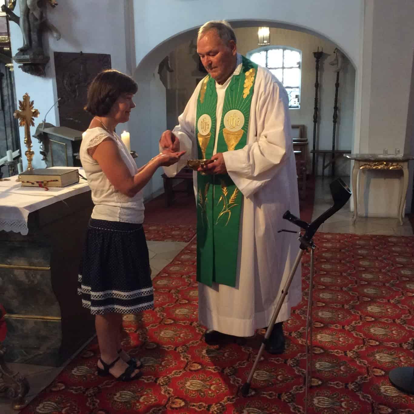 Krücke im Alltag von Pfarrer Thiel